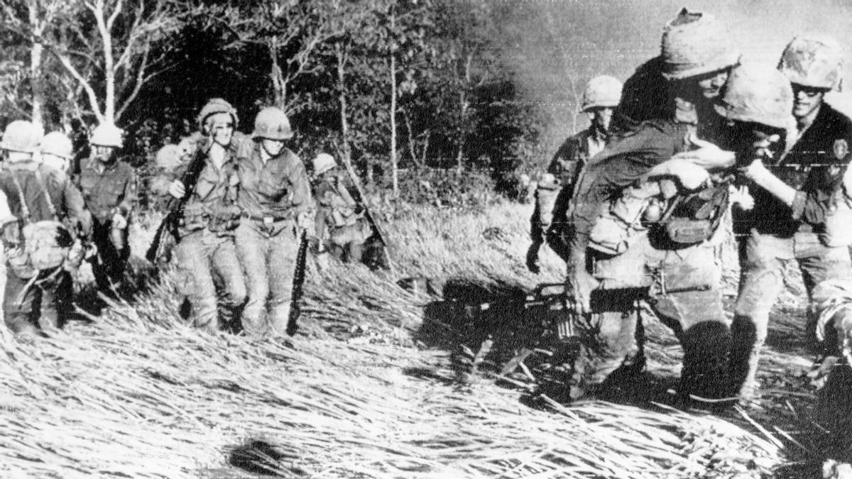 Soldados de infantería estadounidenses evacuando a compañeros herido hacia un helicóptero, durante la guerra de Vietnam, en 1966.