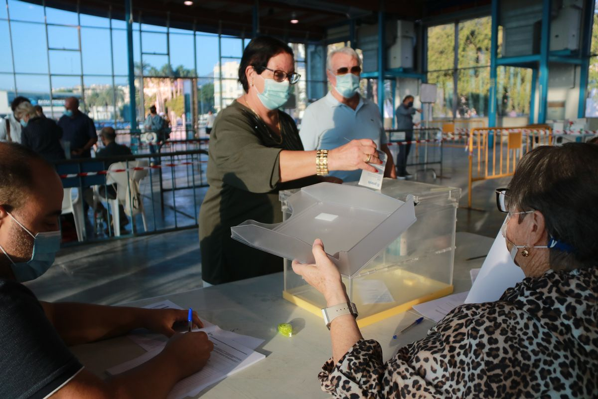 Pla mitjà de la Severina i el Roberto, els dos primers votants rapitencs que han exercit el seu dret a vot a la consulta popular per escollir el nom del municipi de Sant Carles de la Ràpita.