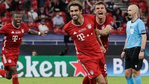 Javi Martínez, seguido por Müller, celebra el gol del triunfo del Bayern en la Supercopa.