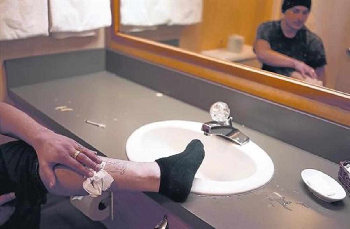 Un drogadicto, tras inyectarse heroína en una pierna, en un lavabo de Estados Unidos.