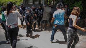 La policía dispersa a los medios gráficos frente a la casa de Cristina Chamorro, activista y opositora detenida por el Gobierno de Daniel Ortega.