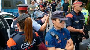La policía en el restauranteYubari de la Diagonal, en julio del 2016.