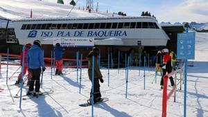 Esquiadores en un telesillas de Baqueira Beret, en diciembre del año pasado.