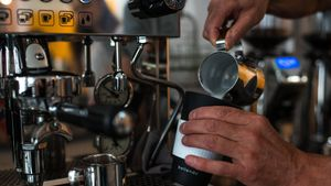 Preparación de un café con leche para llevar en un caso reutilizable.