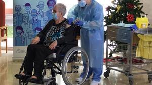 Josefa Pérez, de 89 años, la primera vacunada contra el covid-19 en Catalunya