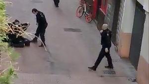 Momento en el que, a tiros, la Policía Nacional reduce a un hombre que iba armado por Zaragoza, este domingo.