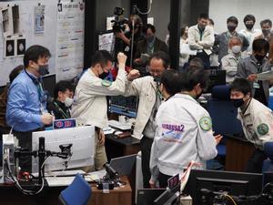 Los técnicos japoneses celebran el éxito de la misión espacial.