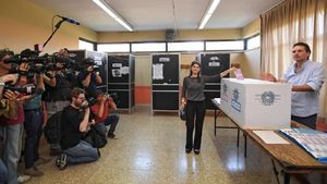 Virginia Raggi, votando en Roma en medio de una gran expectación.