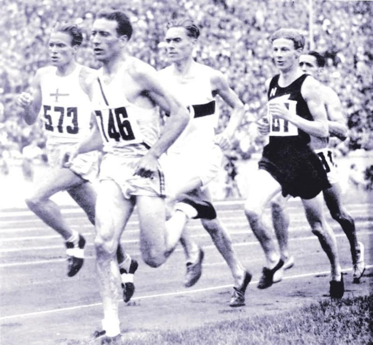 Cunningham tira del grupo durante la final de 1.500 en Berlín 1936.