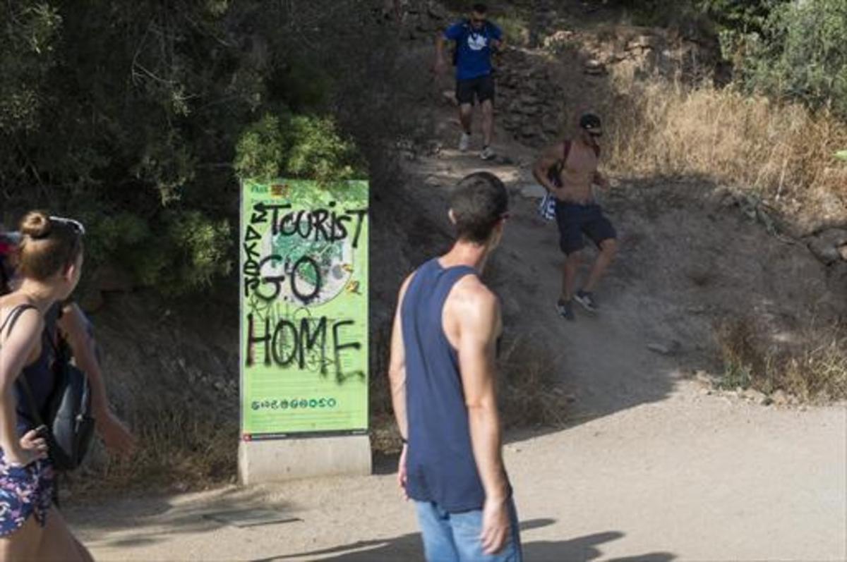 Turismofobia 8 Pintada contra el turismo en un cartel, en uno de los accesos al Parc Güell.