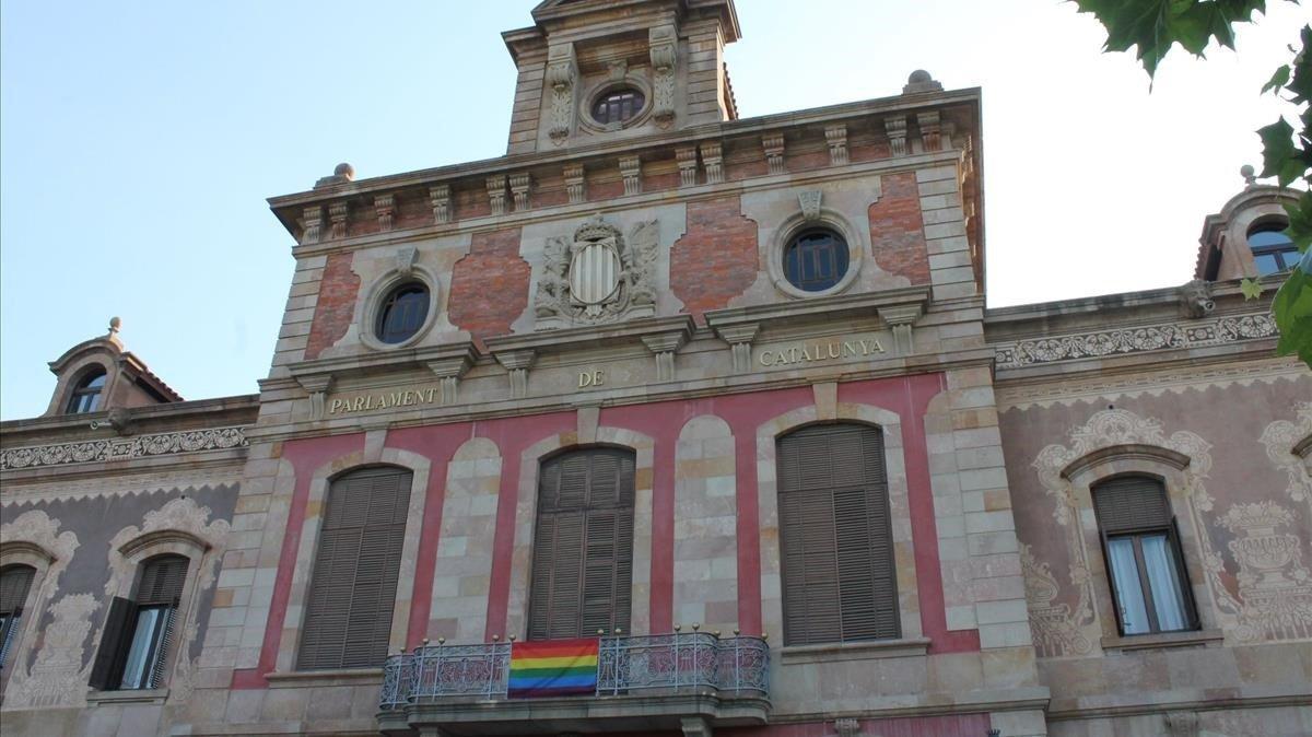 Bandera LGTBI en el balcón de la fachada del Parlament, este domingo.