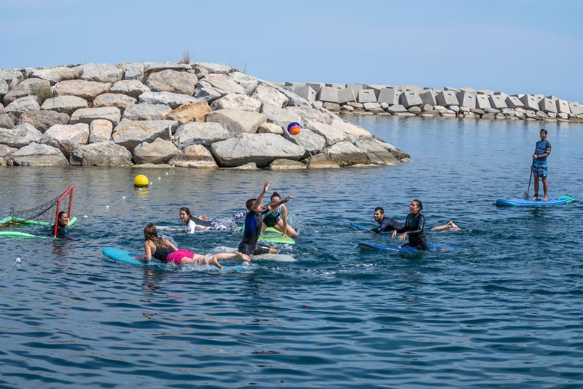 Un momento de un partido de surf polo organizado por Blue Salt School en la plataforma marina del Fòrum.