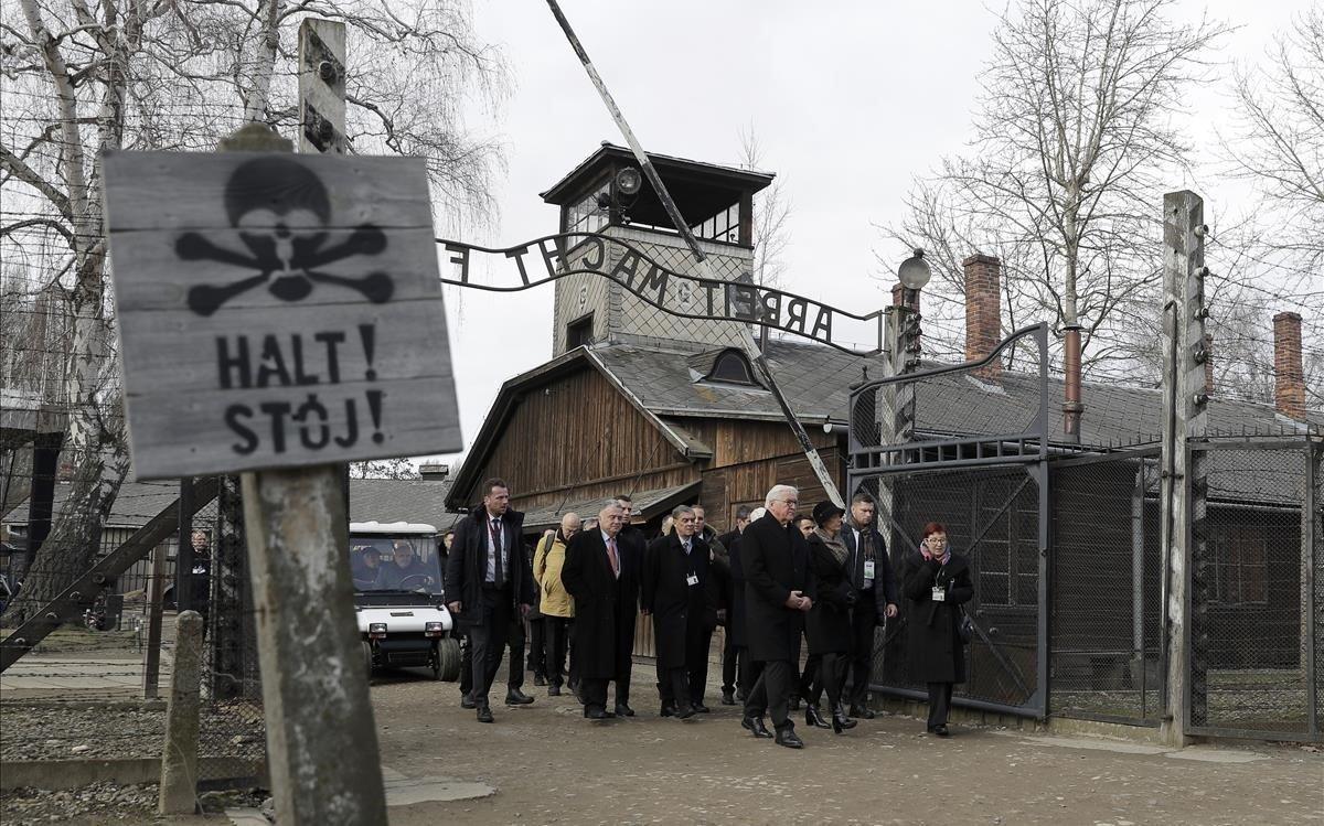 Frank-Walter Steinmeier, presidente de Alemania, en la entradade Auschwitz.