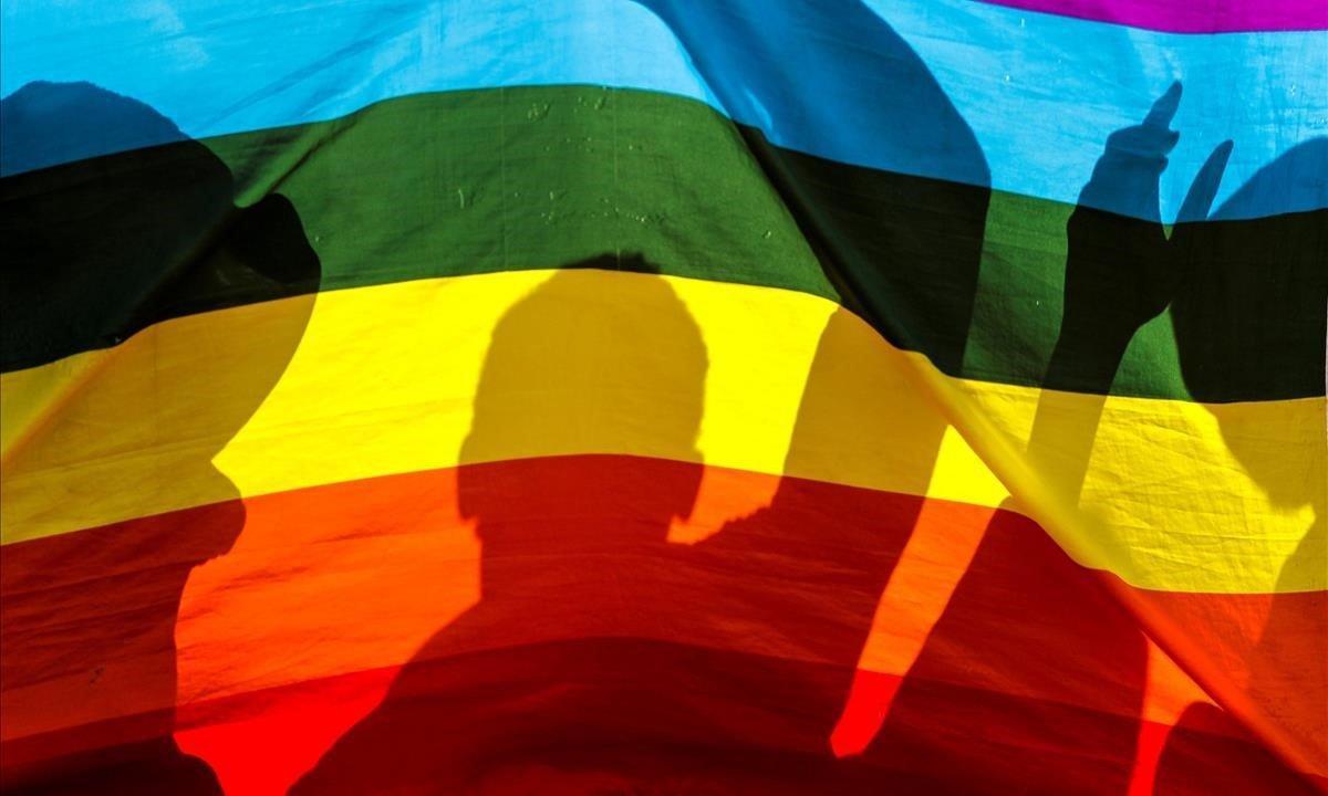 Miles de personas asistieron con banderas y vestidos referentes a la comunidad LGBT.