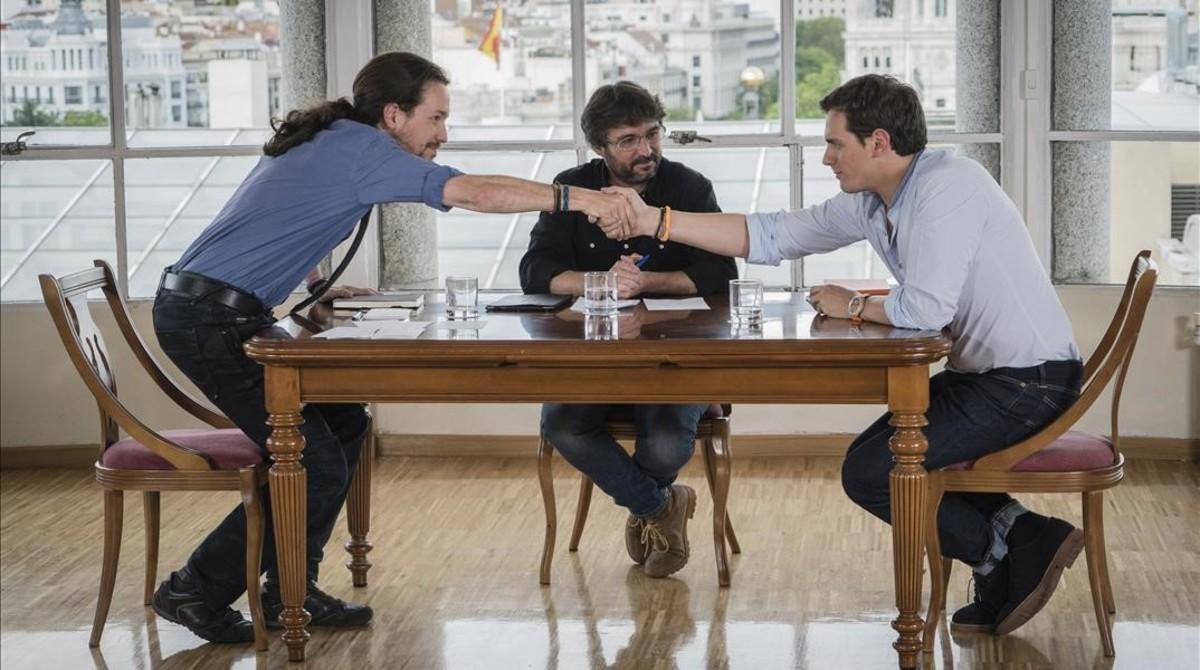Pablo Iglesias y Albert Rivera se saludan antes de comenzar el cara a cara, moderado por Jordi Évole, en 'Salvados', de La Sexta.