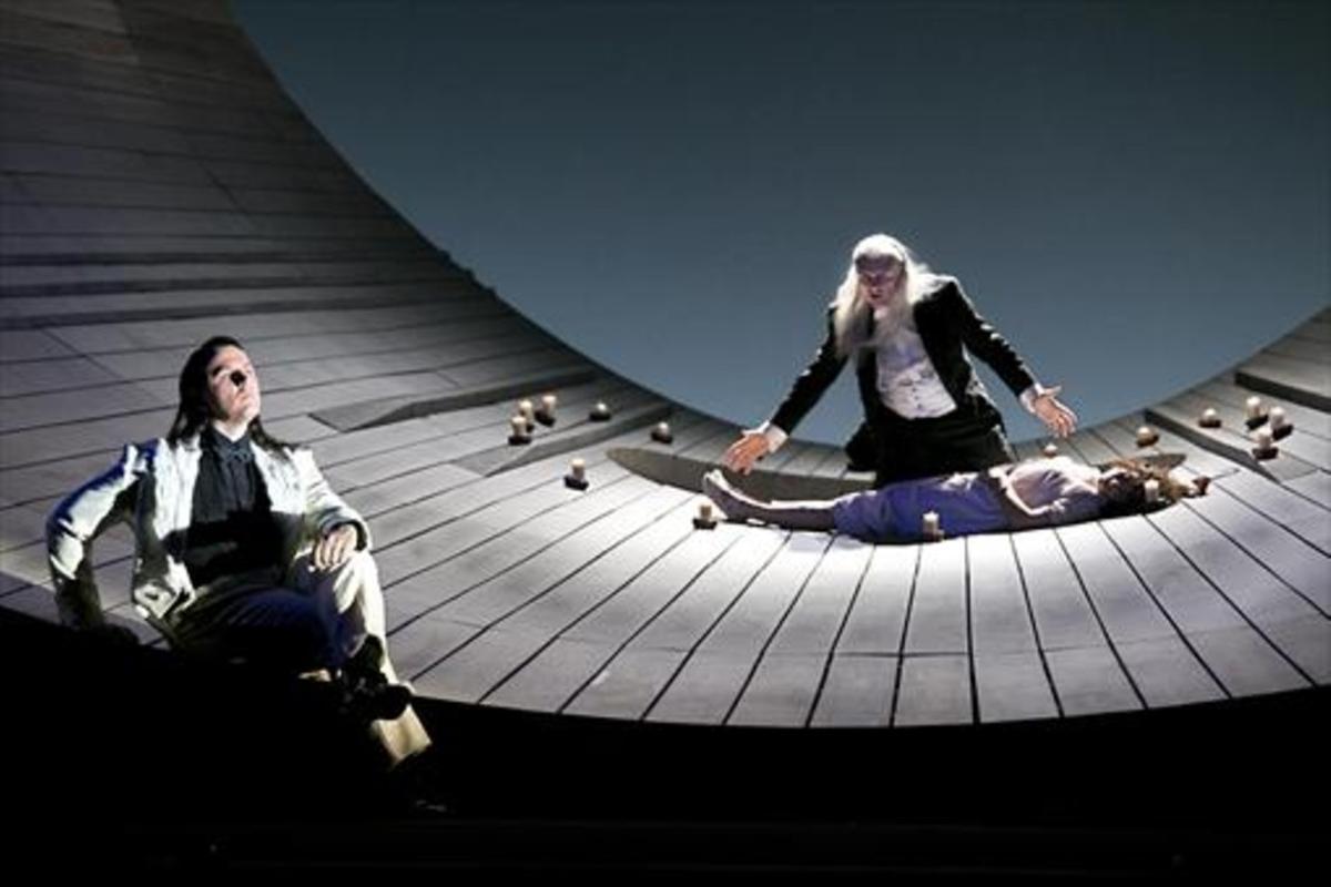 Yuri Minenko (Ángel),  Egil Silins (Demon) y Asmik Gregorian (Tamara), en un momento de la obra.
