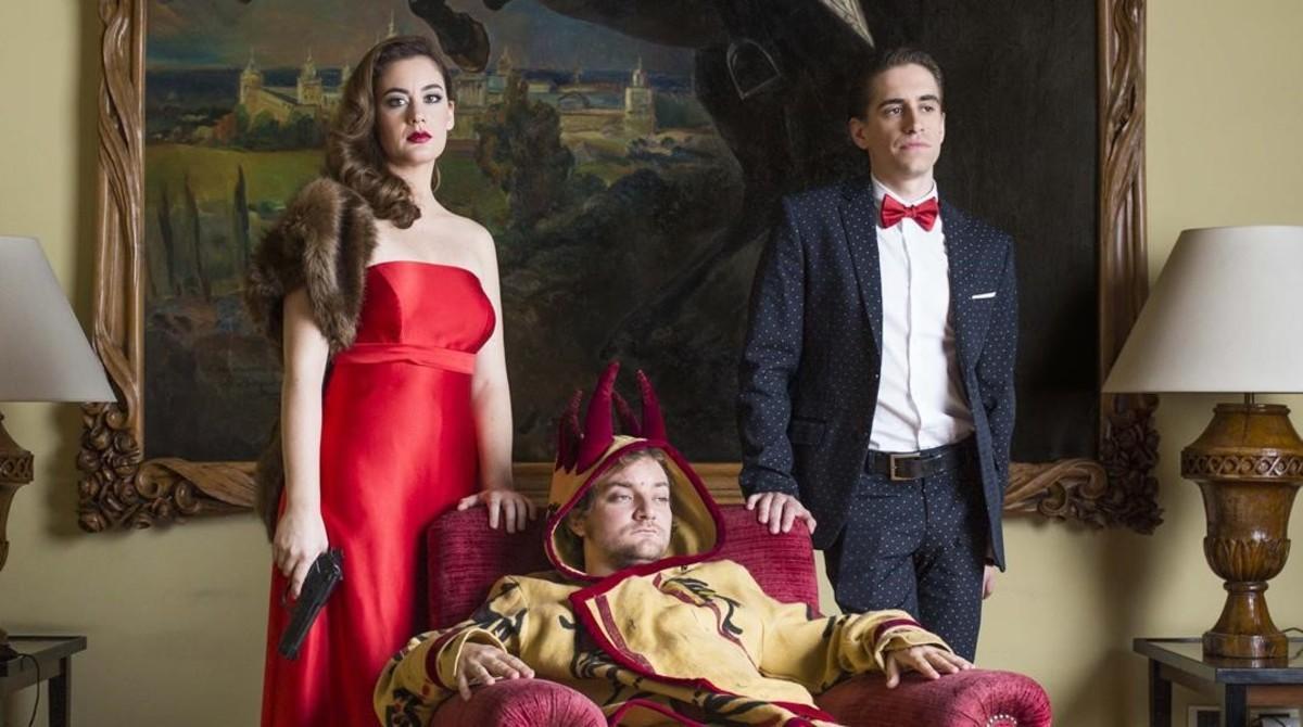 Júlia Barceló, Pol López (sentado)y Pau Vinyals, en una imagen promocional de 'Filla del seu pare'.