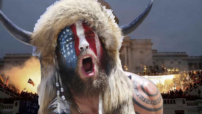 ¿Quién es Jake Angeli, el tipo del casco con cuernos que ha irrumpido en el Capitolio?