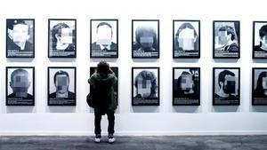 La galerista Helga de Alvear ha decidit retirar del seu estand la sèrie de 24 fotografies de Santiago Sierra titulada 'Presos Polítics a l'Espanya Contemporània'.