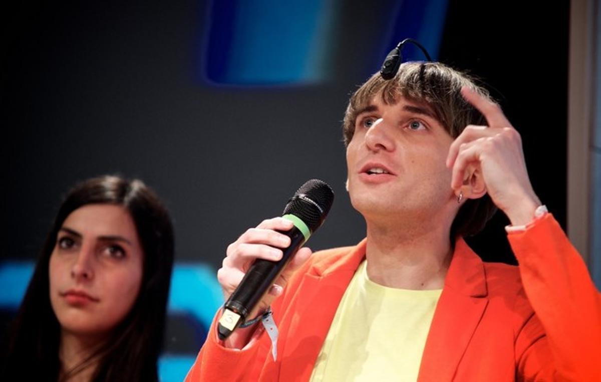 Neil Harbisson está considerado el primer cyborg por su antena implantada en el cerebro.