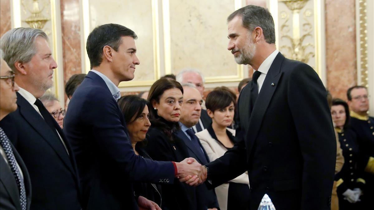 El Rey saluda a Pedro Sánchez, este martes, en la capilla ardiente del expresidente del Congreso Manuel Marín.