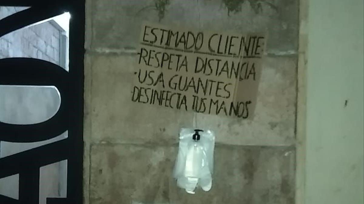 Guantes blancos a la entrada de un narcopiso.