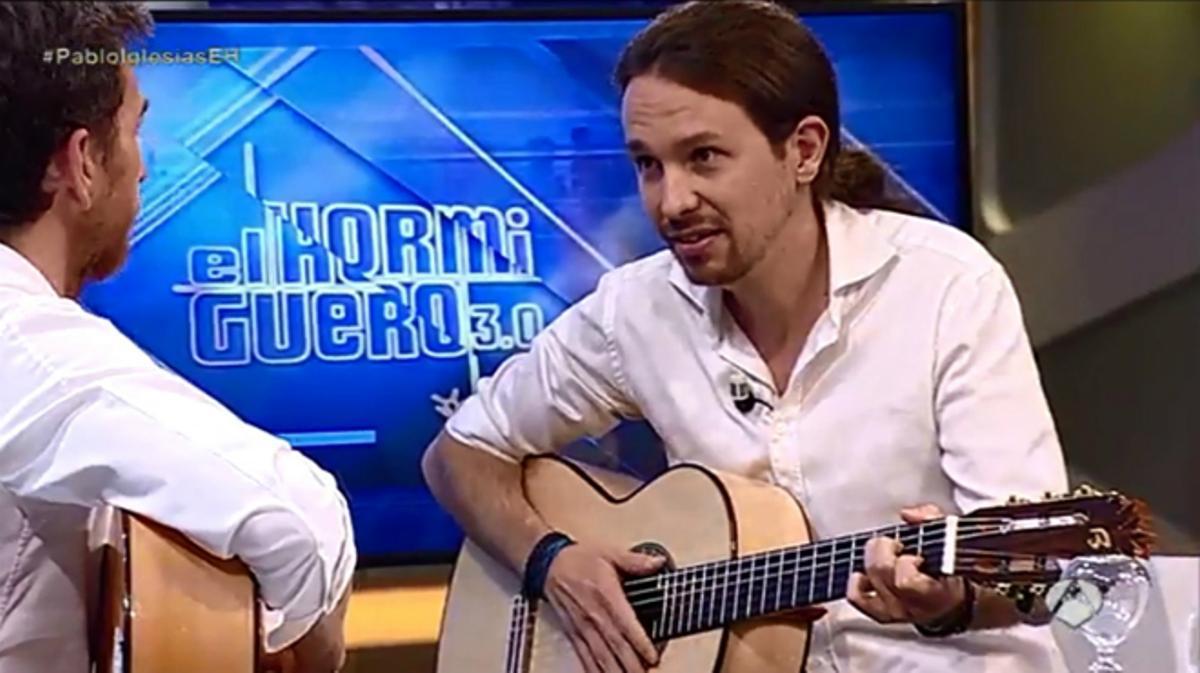 Pablo Iglesias demostrando sus habilidades con la guitarra en 'El Hormiguero'.