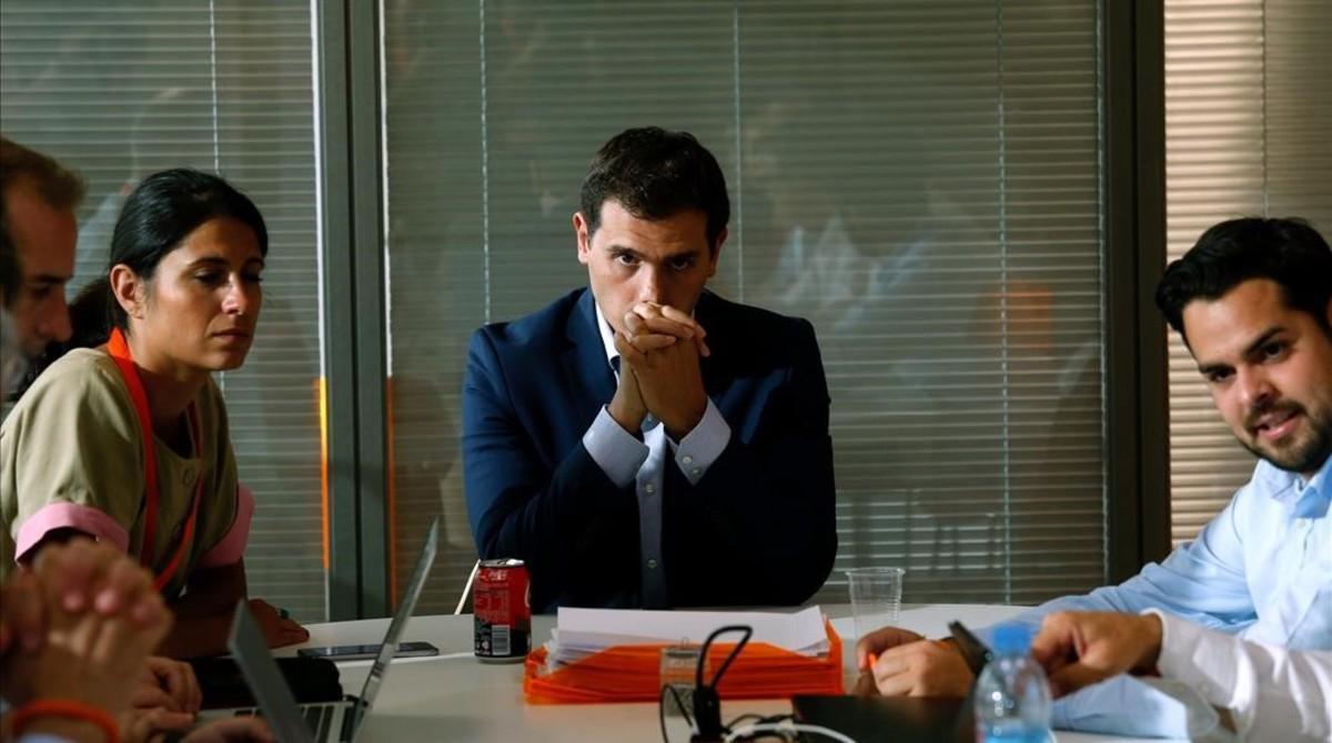 Albert Rivera, este domingo, en la primera reunión con su equipo en la sede de Ciudadanos en Madrid.