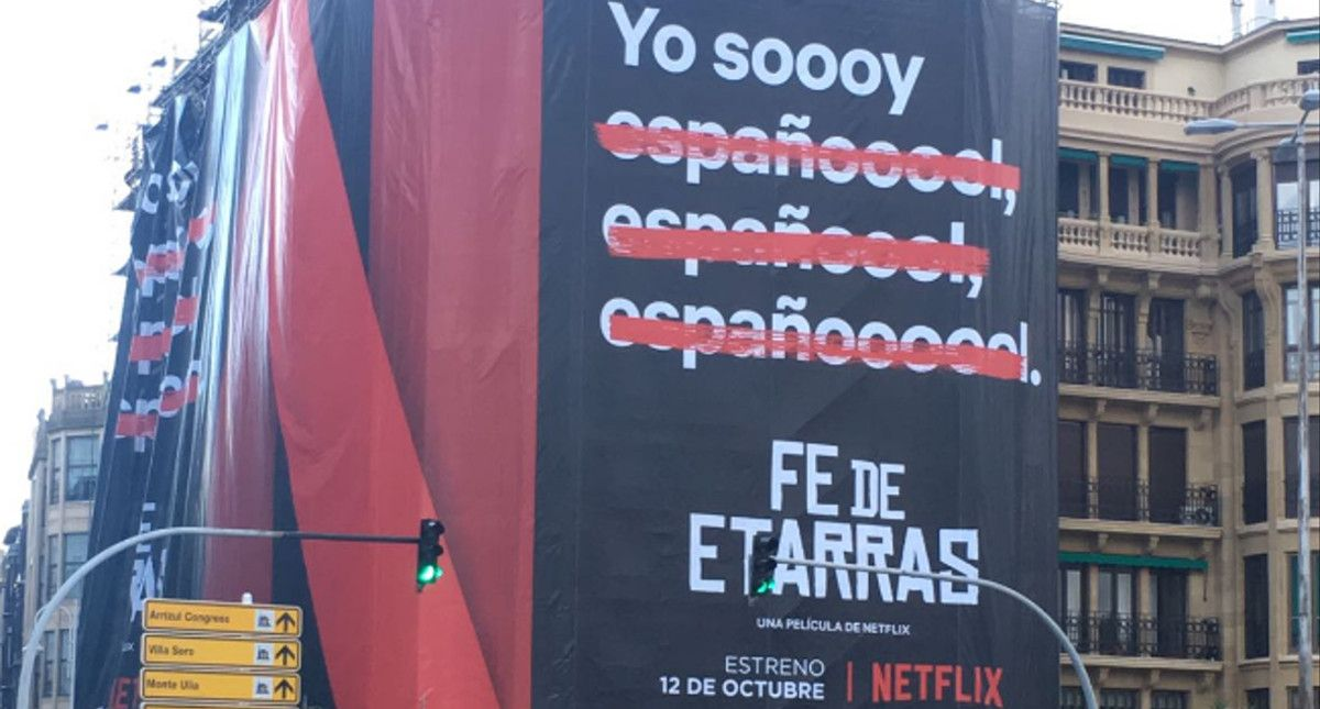 Imagen del cartel promocional de la película de Netflix 'Fe de etarras', en San Sebastián.