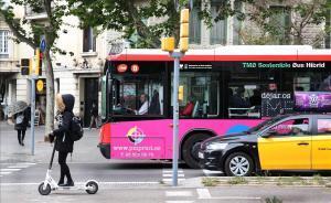 Un autobús en el paseo de Sant Joan de Barcelona.