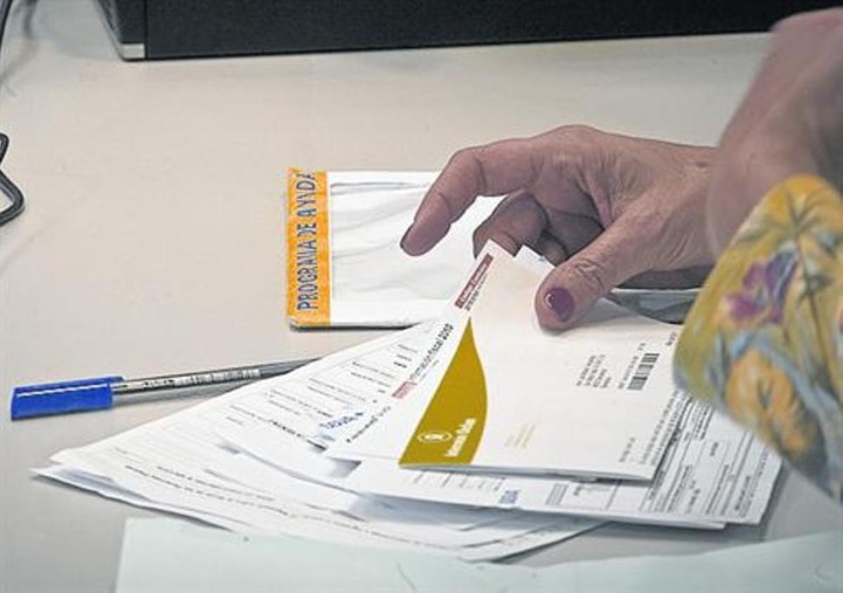 Impresos 8 Una contribuyente entrega su declaración de renta