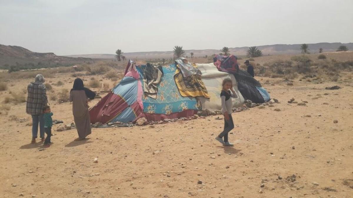 Algunos de los refugiados sirios bloqueados en el desierto, cerca de Figuig (Marruecos), desde mediados de abril.