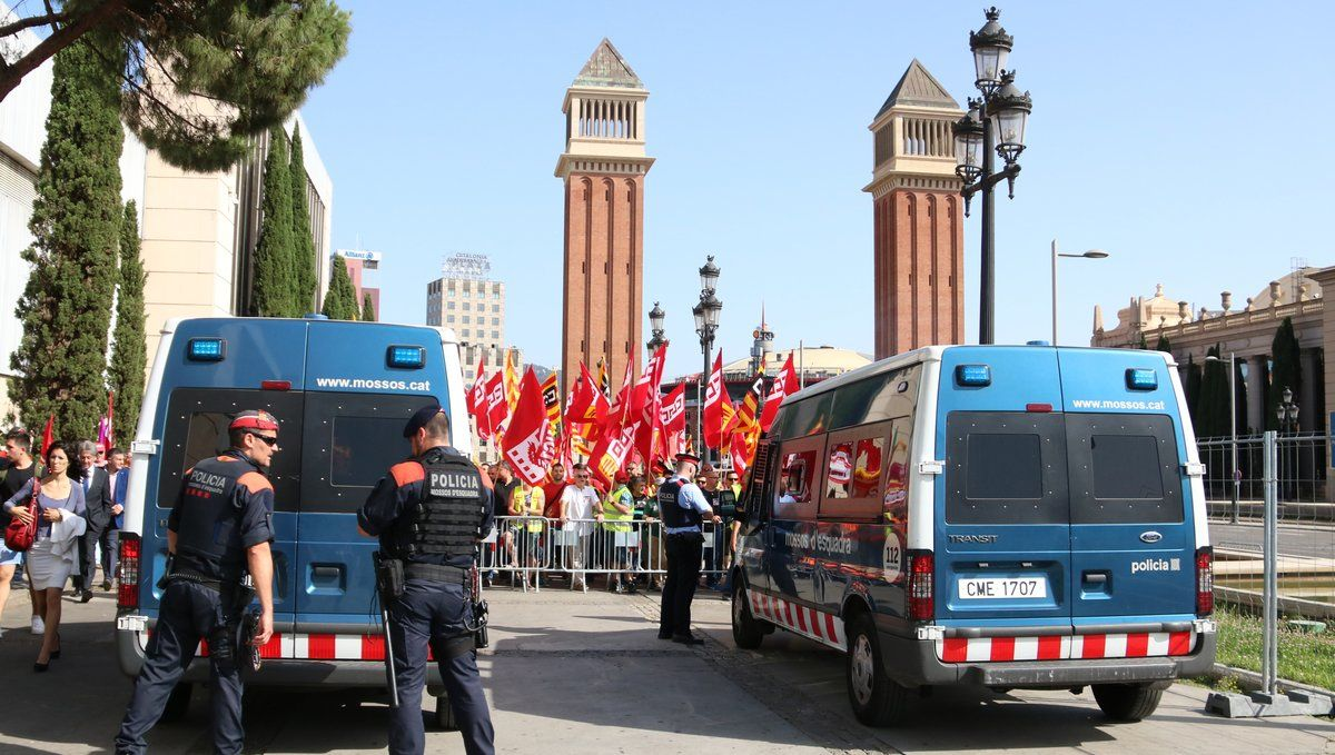 Trabajadores del sectordeltransportede mercancías por carretera y de logísticaprotestando frenteel Salón Internacional de la Logística (SIL).