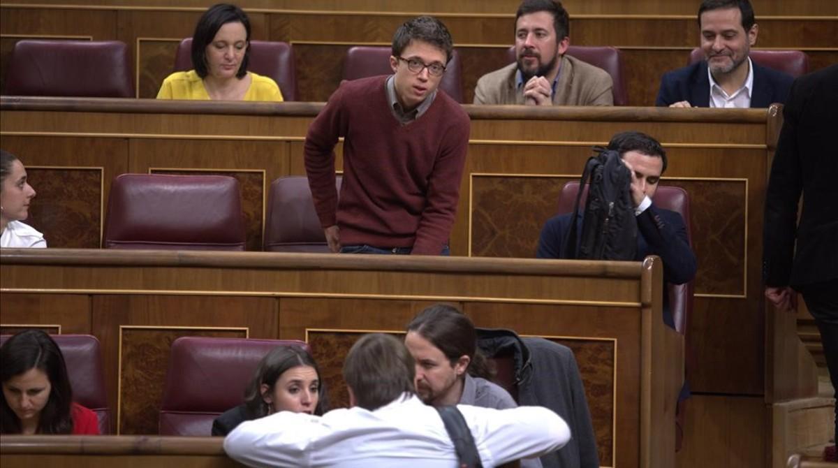 Errejón tras Montero e Iglesias en el pleno del hemiciclo.