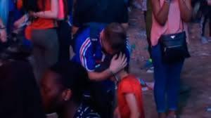 Un nen portuguès commou al consolar un aficionat francès