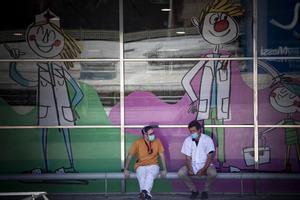 Personal sanitario, en el exterior del Hospital Vall d'Hebron.