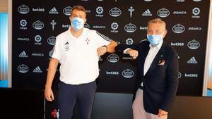 Óscar García y Carlos Mouriño, presidente del Celta, se saludan según la nueva normalidad.