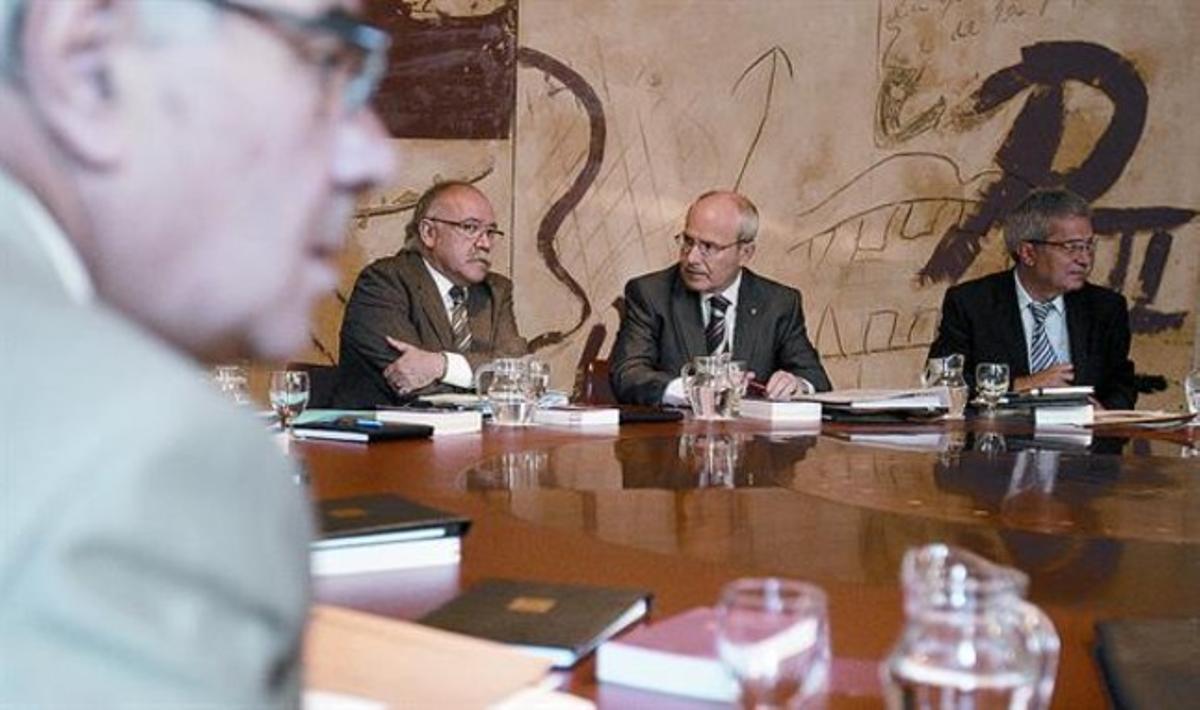 El 'president' Montilla, flanqueado por los 'consellers' Carod y Saura, en la reunión del Govern, ayer en el Palau de la Generalitat.
