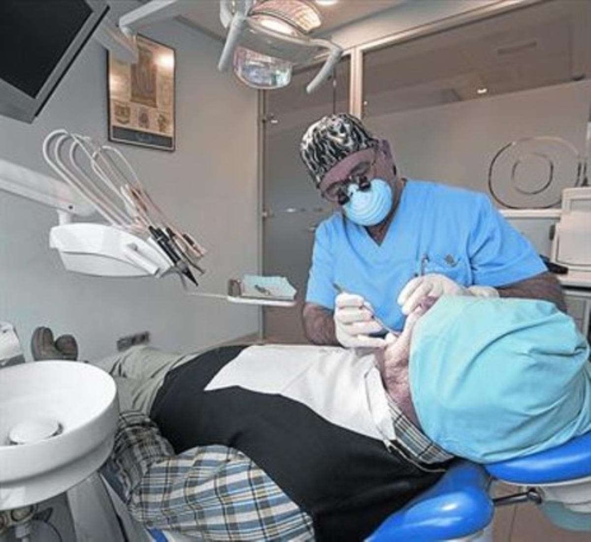 REVISIÓN.El médico odontólogo José María Arano, durante el tratamiento a un paciente.