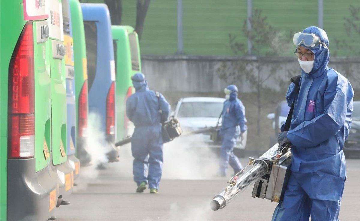Desinfección de autobuses como prevención contra el coronavirus en una estación de autobuses de Seúl.
