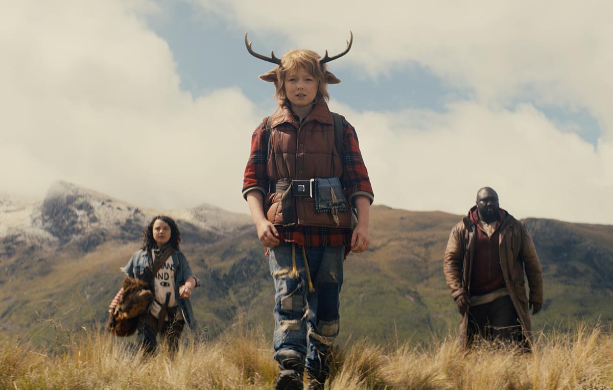 Stefania LaVie Owen, Christian Convery y Nonso Anozie en 'Sweet Tooth: El niño ciervo'.