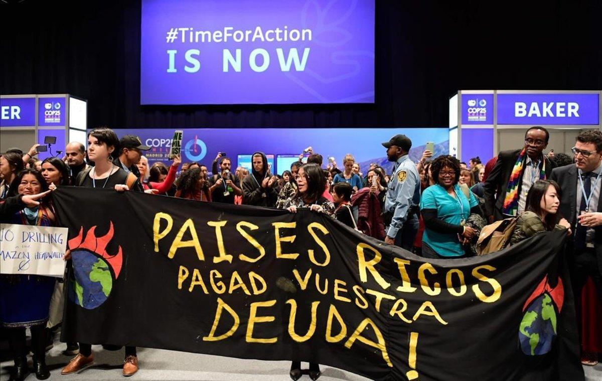 Activistas protestan en la Cumbre de Madridpor los incumplimientos de los países ricos.