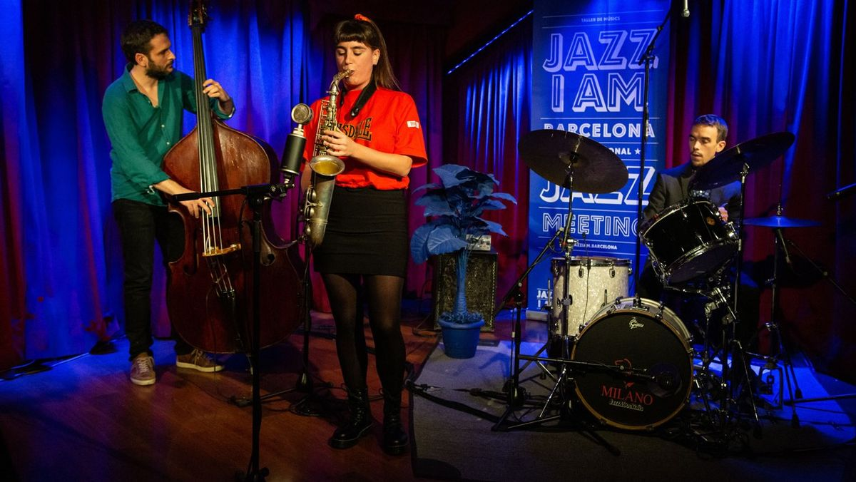 La saxofonista Irene Reig, que abre la temporada, con su trío, en la sala La Deskomunal de Sants.