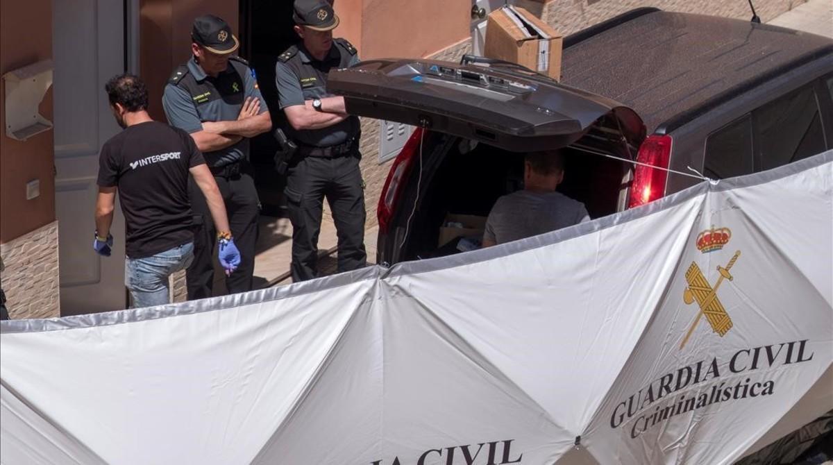 Agentes de la Guardia Civil, en la vivienda donde hoy un hombre matí a su pareja, de 24 años, en Lepe (Huelva).