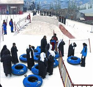 Escolares árabes en la pista de nieve y esquí de Dubái, en el 2010.