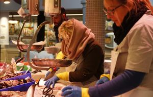 Los paradistas del Mercat de Sant Antoni trabajan con capas y capas de ropa para combatir el frío