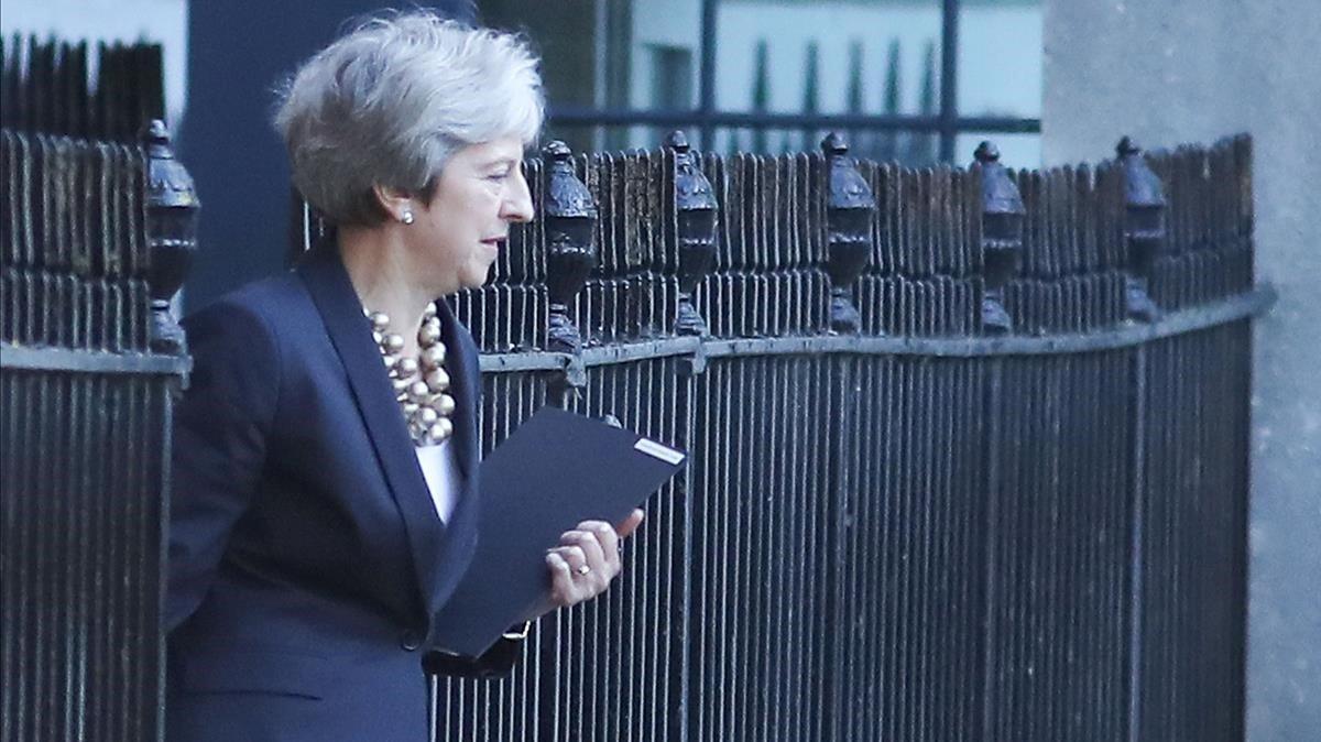 Theresa May sale de su residencia oficial de Downing Street, en Londres.