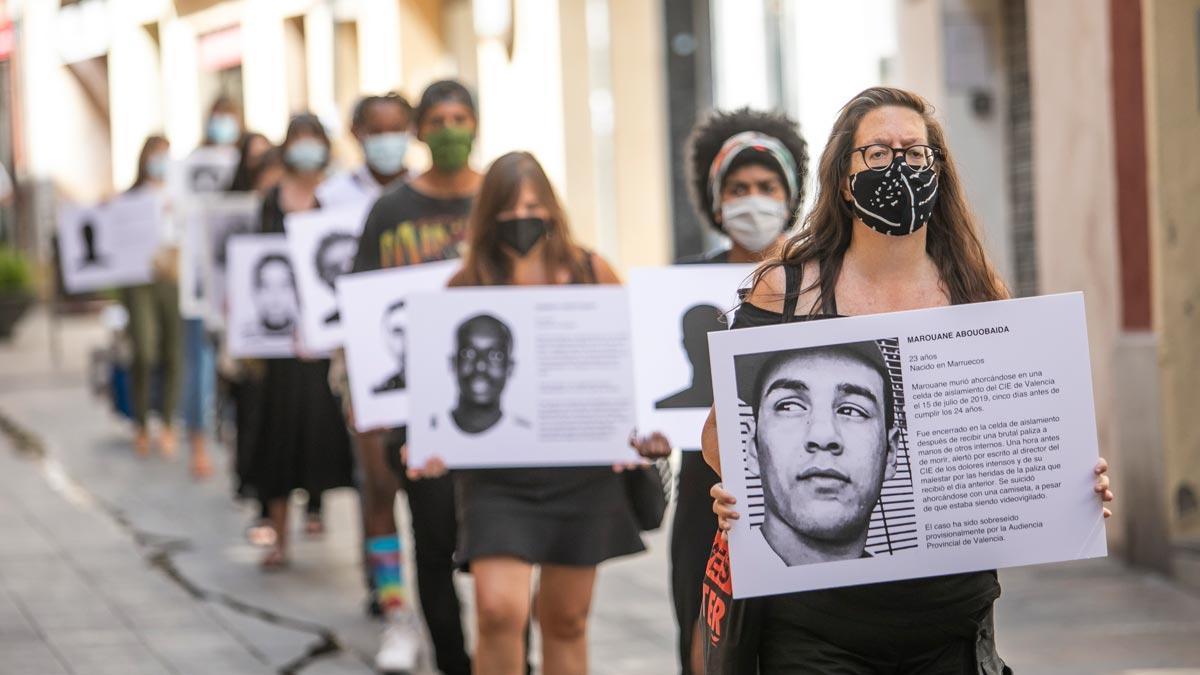 Activistas de Tanquem els CIE y alumnos de Sarrià-Sant Gervasi, esta semana en una acción en el distrito.