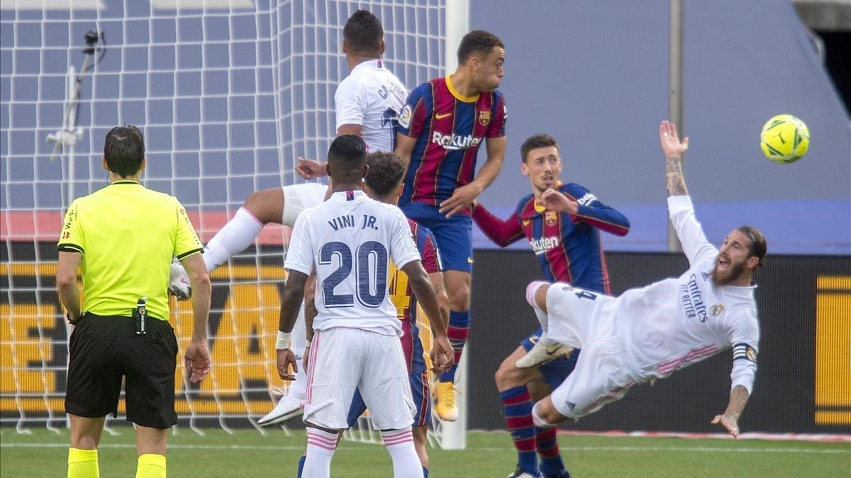 La jugada de Sergio Ramos en el area azulgrana revisada por VAR.