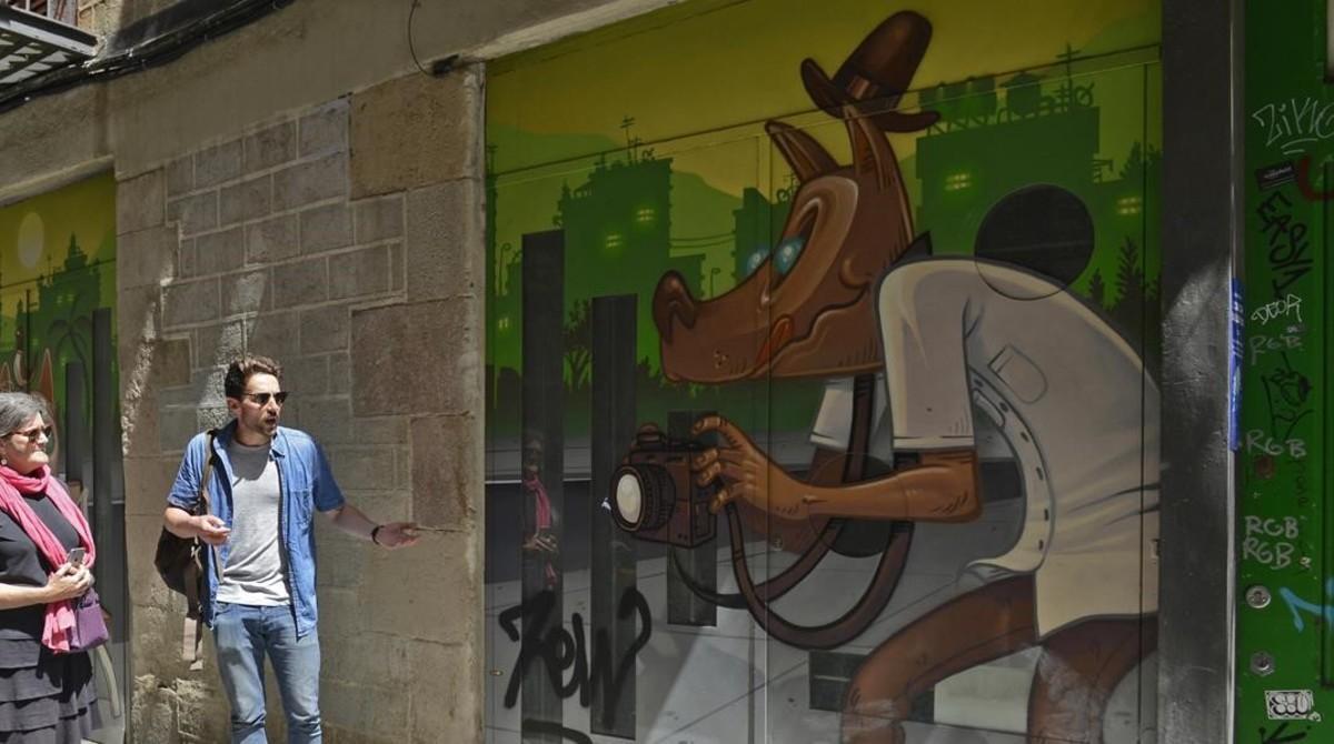 """En la calle de Sant Pere Més Baixse puede ver estaobra de Kram. """"Es uno de los mejores artistas de la ciudad"""", asegura el guía de Barcelona Street Style Tour."""